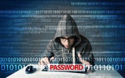 Junger Aussenseiterhacker, der Passwort stiehlt Lizenzfreies Stockfoto