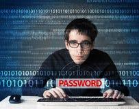 Junger Aussenseiterhacker, der Passwort stiehlt Stockfoto