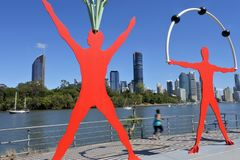 Junger Australierinbetrieb entlang Brisbane-Fluss Queensland Australien stockfotografie