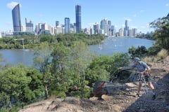 Junger australischer Mann, der von einer Klippe in Brisbane Australien abseiling ist lizenzfreie stockfotos