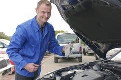 Junger Automechanikercheck ein Auto Lizenzfreie Stockfotografie
