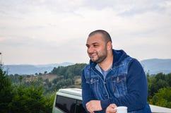 Junger bärtiger glücklicher Mann Lizenzfreies Stockbild