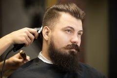 Junger bärtiger Mann im Friseursalon Lizenzfreies Stockbild