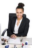 Junger Büroangestellter stempelt in eine Datei Stockfotos