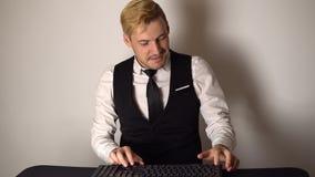 Junger Bürogeschäftsmann, der an Tischrechner arbeitet Lächelnder Geschäftsmann, der auf Tastatur am Computer im modernen Büro sc stock footage