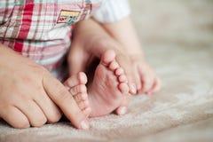 Junger Babyfuß Neugeborener Junge zuhause Lizenzfreie Stockfotos