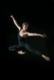 Junger Balletttänzer, der auf weißem Hintergrund dansing ist Stockfotos