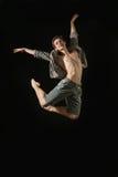 Junger Balletttänzer, der auf weißem Hintergrund dansing ist Lizenzfreie Stockfotografie