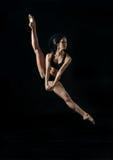 Junger Balletttänzer, der auf weißem Hintergrund dansing ist Stockfotografie