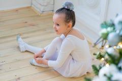 Junger Balletttänzer, der für Lektion sich vorbereitet Lizenzfreie Stockfotografie