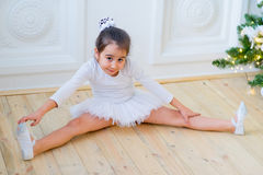 Junger Balletttänzer, der für Lektion sich vorbereitet Stockbilder
