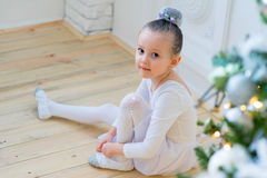 Junger Balletttänzer, der für Lektion sich vorbereitet Stockbild
