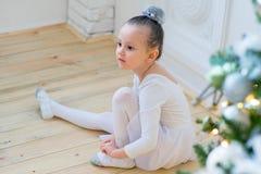 Junger Balletttänzer, der für Lektion sich vorbereitet Lizenzfreie Stockbilder