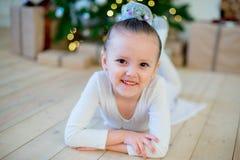 Junger Balletttänzer, der nahe Weihnachtsbaum liegt Lizenzfreie Stockbilder