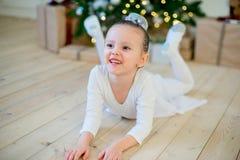 Junger Balletttänzer, der nahe Weihnachtsbaum liegt Stockbilder