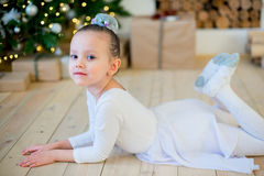 Junger Balletttänzer, der nahe Weihnachtsbaum liegt Lizenzfreies Stockfoto