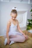 Junger Balletttänzer, der nahe Weihnachtsbaum sitzt Lizenzfreie Stockfotos