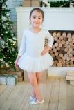 Junger Balletttänzer, der nahen Weihnachtsbaum steht Stockbild