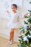 Junger Balletttänzer, der nahen Weihnachtsbaum steht Lizenzfreie Stockfotografie