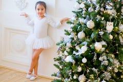 Junger Balletttänzer, der nahen Weihnachtsbaum steht Stockfotografie