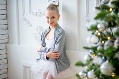 Junger Balletttänzer, der nahen Weihnachtsbaum steht Lizenzfreie Stockbilder