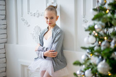 Junger Balletttänzer, der nahen Weihnachtsbaum steht Stockfotos