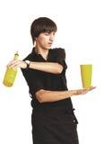 Junger Barmixer mit einem Schüttel-Apparat und einer Flasche lizenzfreies stockbild