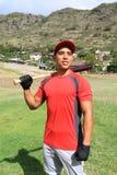 Junger Baseball-Spieler, der auf dem Gebiet lächelt Stockfotos