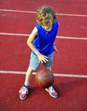 Junger Basketball-Spieler, der draußen ausbildet Stockbilder