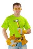Junger Bauarbeiter mit den Werkzeugen, die Tischlerhammer und Klo halten lizenzfreie stockfotografie