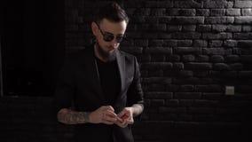 Junger begabter Magier zeigt magischen Spielkartetrick stock video footage
