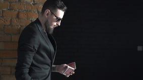Junger begabter Magier zeigt magischen Spielkartetrick stock footage