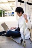 Junger beiläufiger asiatischer Mann mit Laptop stockfotos