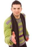 Junger beiläufiger Mann, der anbietet, die Hand zu rütteln Lizenzfreie Stockbilder