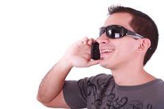 Junger beiläufiger Mann, der am Telefon spricht Lizenzfreie Stockfotografie