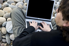 Junger beiläufiger Mann mit Laptop-Computer im Strand Lizenzfreie Stockfotografie