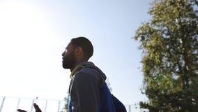 Junger berühmter Athlet läuft an einem sonnigen Tag stock video