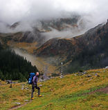 Junger Bergsteiger, der auf seine Freunde auf dem Berg wartet Stockfoto
