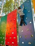 Junger Bergsteiger ist auf einem steilen Brett Stockfotos