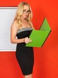 Junger Berufsgeschäftsfrau-Büroangestellter, der Businness-Dateien hält Lizenzfreies Stockbild