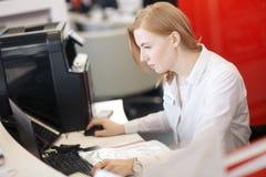 Junger beschäftigter schöner lateinischer Geschäftsfrau-Leidendruck, der am Bürocomputer arbeitet stockfotografie