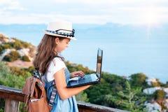 Junger Blogger auf dem Strand stockfotografie