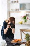 Junger Blogger, der Foto des Lebensmittels macht Stockfoto