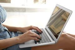 Junger Blogger mit Laptop Lizenzfreie Stockbilder