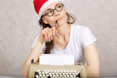 Junger Blogger mit Schreibmaschine Lizenzfreies Stockfoto