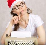 Junger Blogger mit Schreibmaschine Stockfotos
