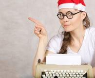 Junger Blogger mit Schreibmaschine Stockbilder