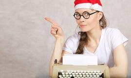 Junger Blogger mit Schreibmaschine Stockbild