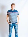 Junger blonder erwachsener kaukasischer Mann in der zufälligen Kleidung Lizenzfreies Stockfoto