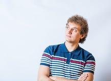 Junger blonder erwachsener kaukasischer Mann in der zufälligen Kleidung Stockfoto